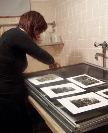 Art du tirage argentique Pour une bonne pratique photographique, Sofie Lebée met ses tirages argentiques barytés à sécher sur des claies de séchage après le lavage.
