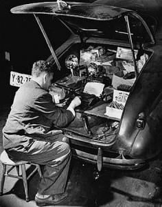 Weegee, 1899-1968 Etats-Unis, travaille dans le coffre de sa voiture qui lui sert de labo photo