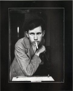 Josef Sudek, premiers autoportraits en voyou, tenant un poignard