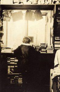 Božena Sudková , la sœur de Josef Sudek fait la retouche des photographies de Josef