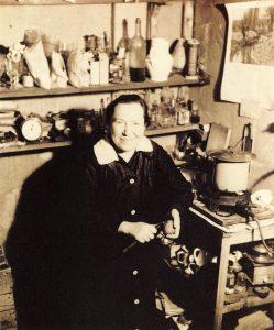Božena Sudková , la sœur de Josef Sudek fait la cuisine