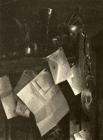 Božena aussi a ses zones d'ombre. Elle écrit sur des morceaux de papier qu'elle accroche où elle peut, la date et le nom des nouveaux décès