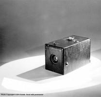 """L'appareil Kodak n°1 - 1888 /source : kodakmoments.eu """"Sa simplicité d'utilisation le rend accessible à tous. Ici, pas de réglage du temps d'exposition ou de l'obturateur : on vise simplement le motif"""""""