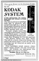 """Chargement de la pellicule en plein jour - 1891/source : kodakmoments.eu """"Avec ces bobines, une amorce de début et de fin permet enfin le chargement et le déchargement de la pellicule à la lumière du jour tamisée. Il n'est plus nécessaire de se placer dans une chambre noire pour les changer""""."""