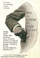 """Le kodak pocket - 1895 / source Kodakmoments.eu : """"L'appareil photo KODAK au format poche est annoncé. Il utilise une pellicule en bobine de douze poses et présente une petite fenêtre à travers laquelle on peut lire le nombre de photos déjà prises."""""""