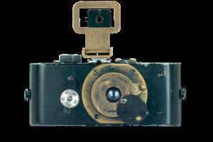 Oskar Barnack invente le Ur-Leica Le premier prototype d'appareil photo qui utilise le film cinéma perforé 35 mm est enfin achevé en mars 1914 - par Oskar Barnack. Il marque l'histoire de la photographie. C'est le Ur-Leica. L'appareil dispose d'un corps entièrement métallique, d'un objectif rentrant et d'un obturateur à rideau, qui, cependant, ne pas se chevaucher. Un bouchon monté à demeure sur l'objectif pivote pour protéger des incidences de la lumière pendant le réarmement du film. Pour la première fois, le transport du film et la technologie de l'obturateur sont rassemblés dans un seul appareil - et permet d'éviter les doubles expositions.