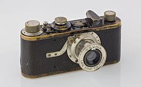 Wikimedia Commons, Hubertl /CC-BY-SA 4.0 Le Leica I est équipé d'un objectif rentrant monté à demeure, le Leitz Anastigmat 1:3,5 / 50 mm, développé par Max Berek. Peu de temps après, l'objectif est rebaptisé Elmax (Ernst Leitz, Max Berek). Utilisant un nouveau verre optique, Max Berek développe l'Elmar 1:3.5 / 50 mm cette même année - et tout comme Leica, il devient célèbre.