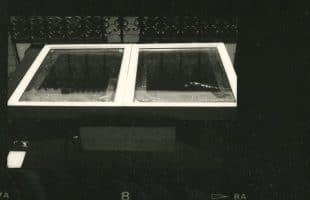 Bonfils, un photographe en Orient - Tirages à l'albumine : Le chassis avec papier et négatif au format mis par contact en chassis-presse et exposé à la lumière du jour. [source personnelle©Colette Gourvitch]