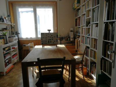 La salle de travail avec sa bibliothèque photo.