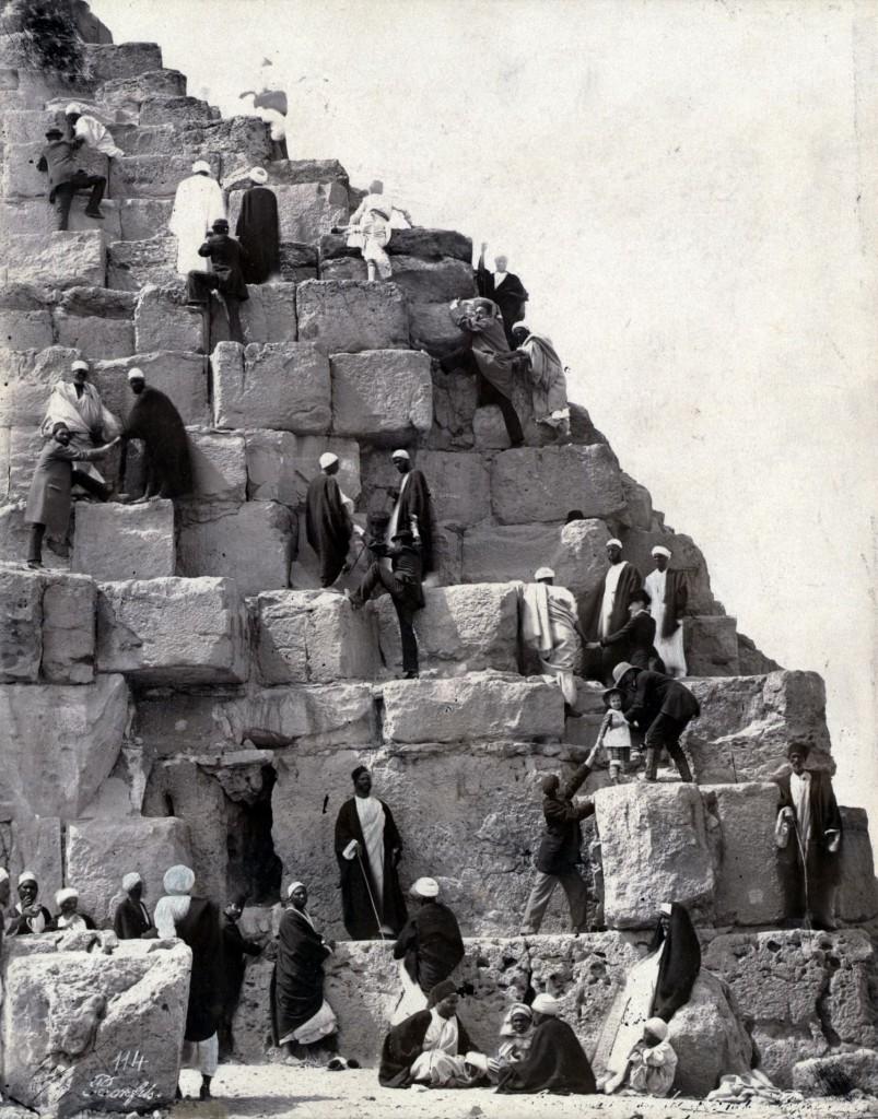 Bonfils, un photographe en Orient - Ascension de la Grande pyramide