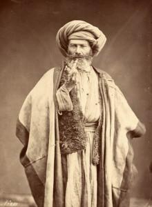 Bonfils, un photographe en Orient - Homme arabe fumant sa pipe