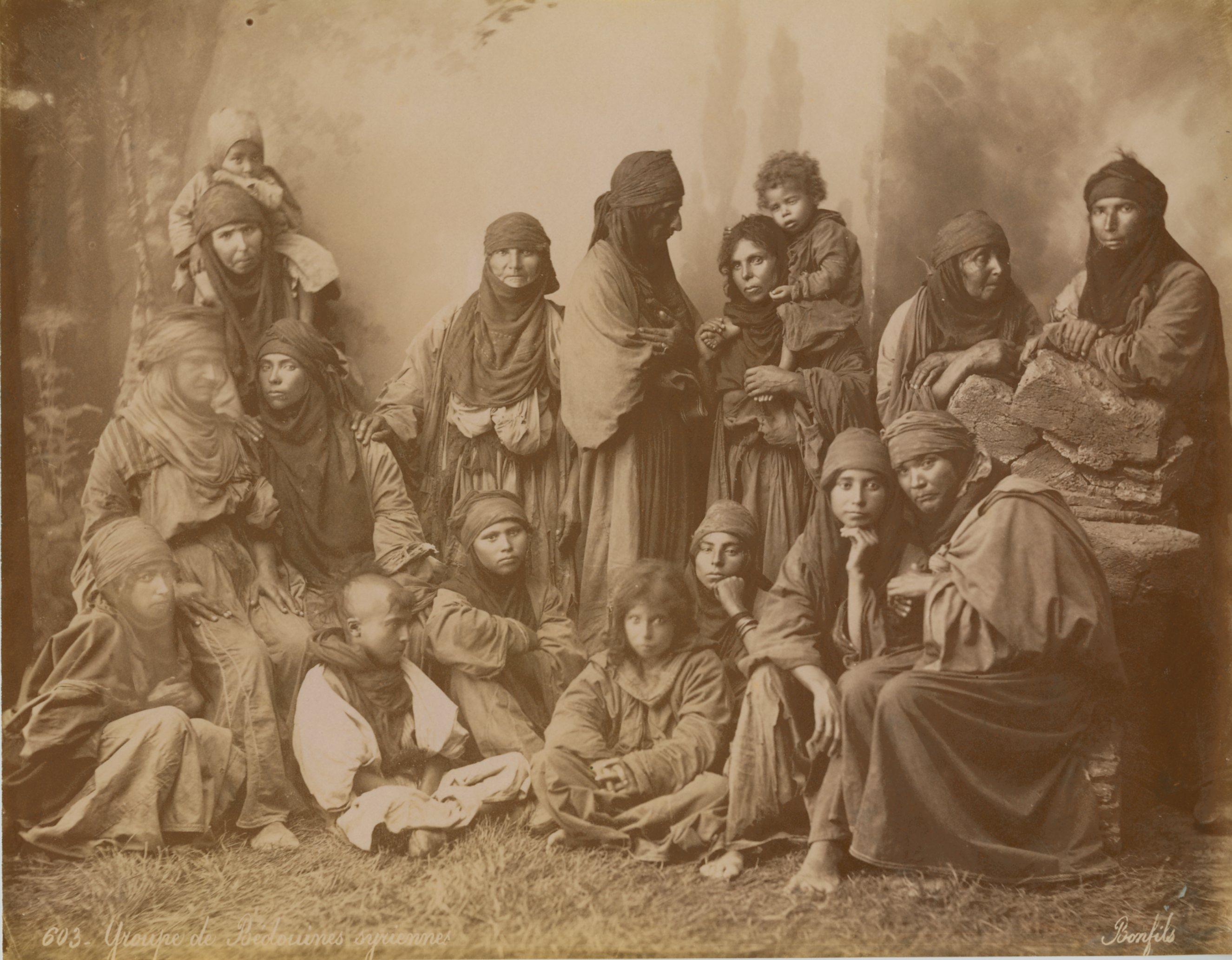 Bonfils, un photographe en Orient - Groupe de bédouines syriennes